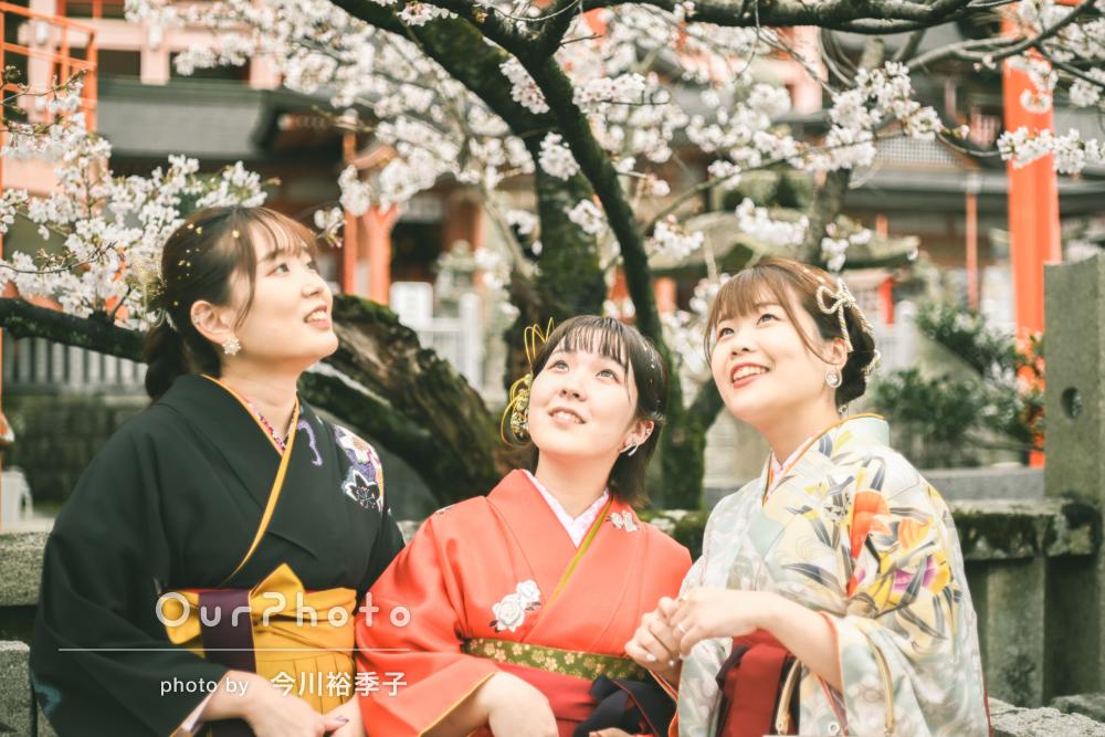 「ありがとうございました」桜咲く境内で美しい袴姿の友フォト撮影