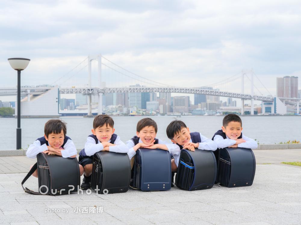 元気いっぱい!男の子の友達5人で小学校入学記念に公園で友フォトの撮影