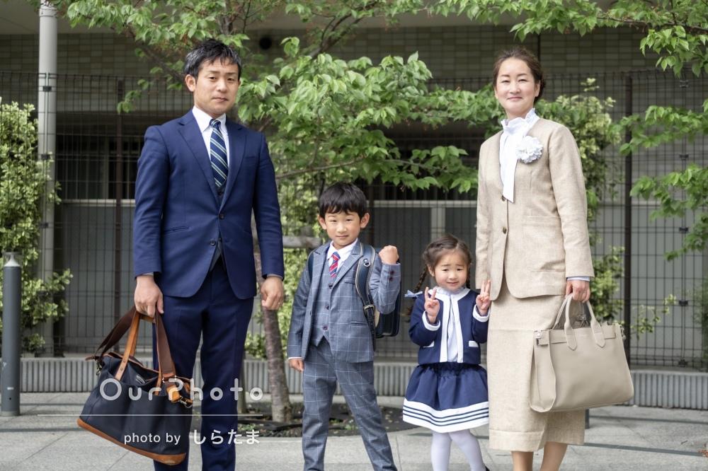 「大変満足しています」男の子の小学校入学記念に公園で家族写真の撮影