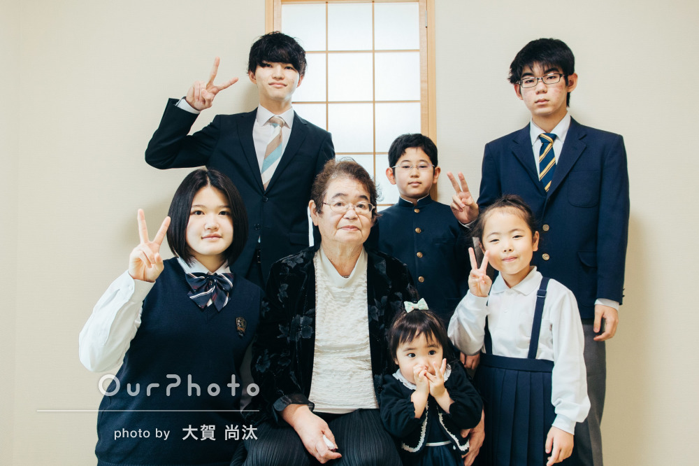 「普通の家の中でも思い出になる写真」おばあちゃんを中心に家族写真撮影