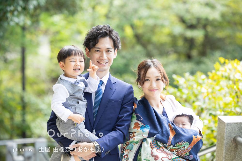 大人数で賑やか!祖父母と一緒に緑溢れる神社で男の子のお宮参りの撮影