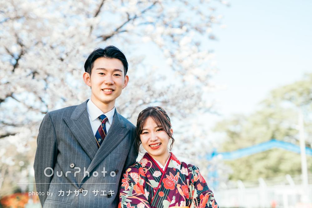 「緊張せずとてもいい思い出に」桜の下で卒業記念にカップルフォトの撮影