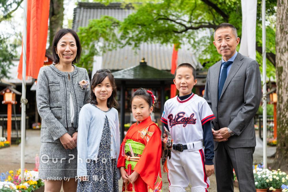 綺麗な仕上がり!赤い着物がとても華やかな女の子と家族で七五三の撮影