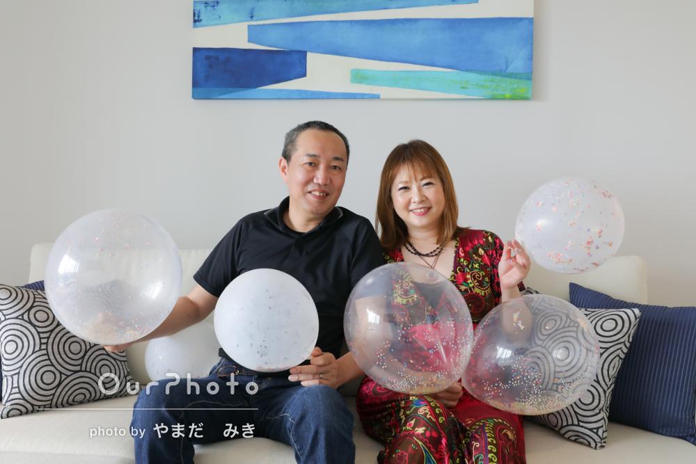 小物を使用して華やかに!沖縄の海が見えるホテルで夫婦の旅行記念の撮影