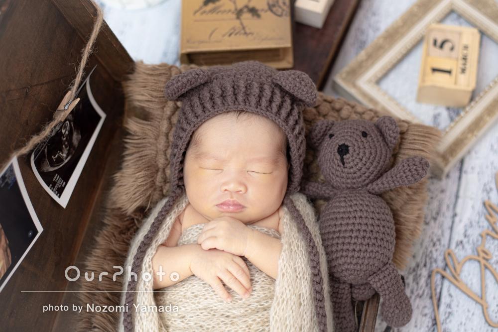 お花の髪飾りを付けた姿と熊の帽子をかぶったニューボーンフォトの撮影