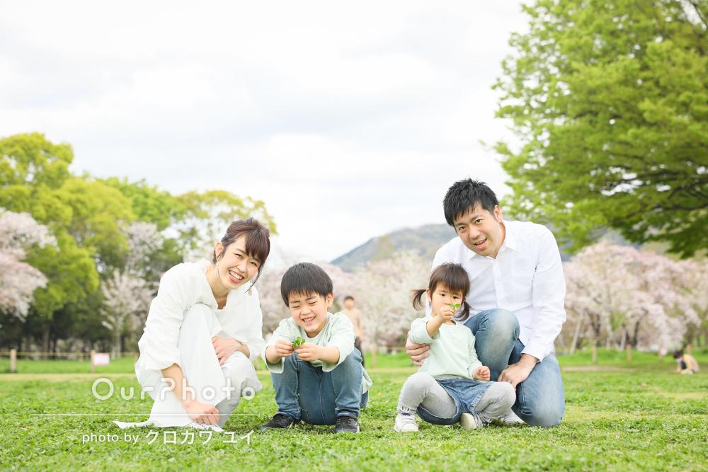 「とてもリラックスして」リンクコーデが爽やか!春の家族写真撮影