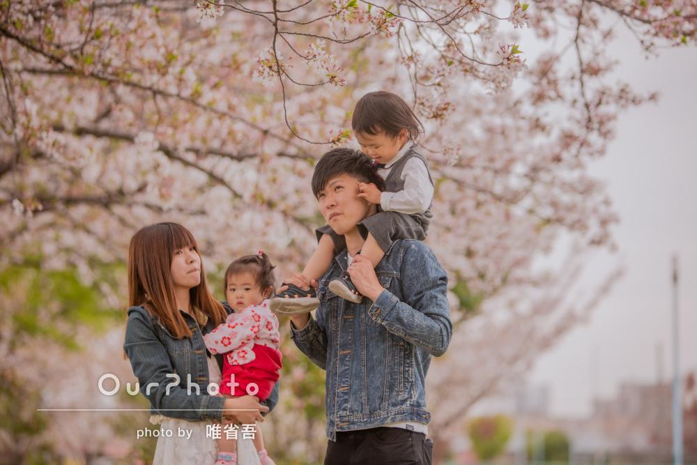 「とても優しく対応してくれて、写真も綺麗」桜並木を背景に家族写真撮影