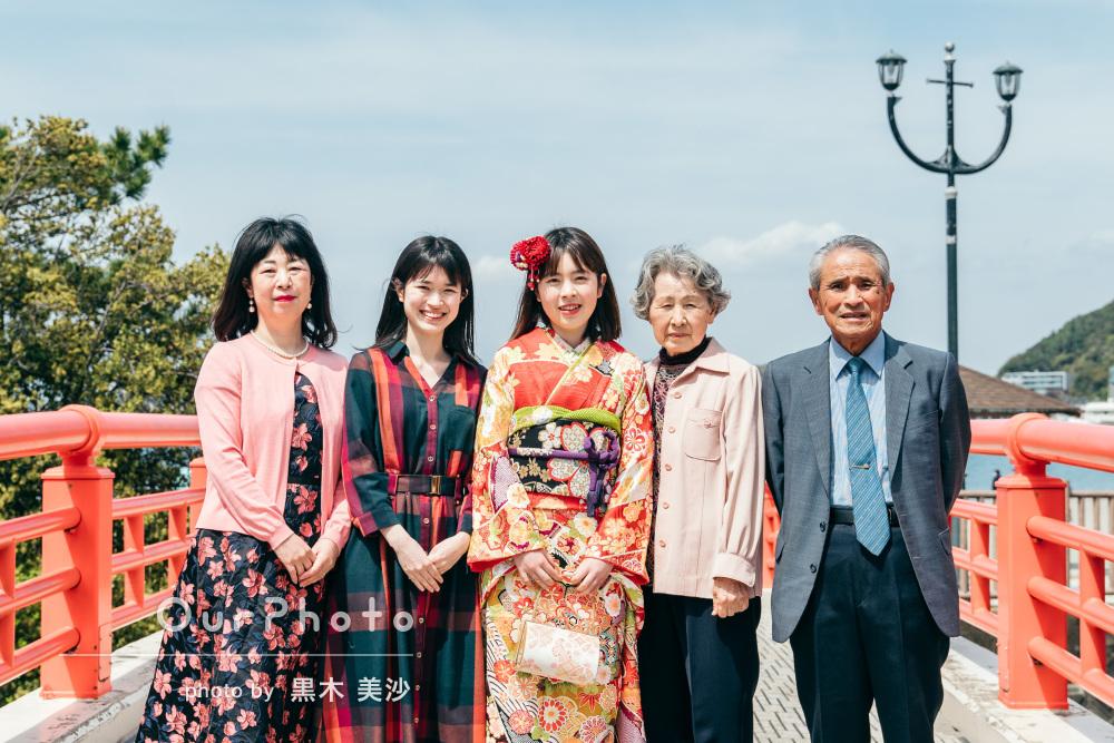 「自然な写真を撮りたい方にもオススメ」成人式の振袖姿で家族写真の撮影