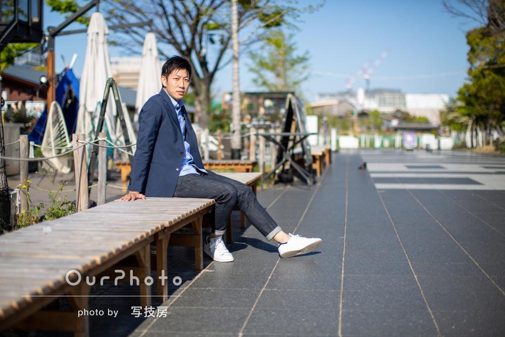ネイビーのジャケットスタイルが爽やか!街中でプロフィール写真の撮影