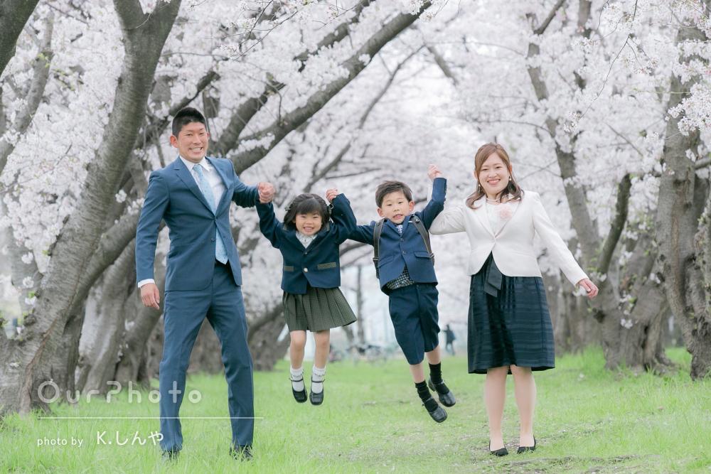 「とってもきれいにとれていて満足」桜の中で入学記念の家族写真の撮影