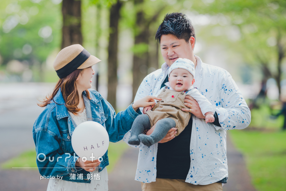 「グズる息子に全力であやして」笑顔に癒されるハーフバースデイの撮影