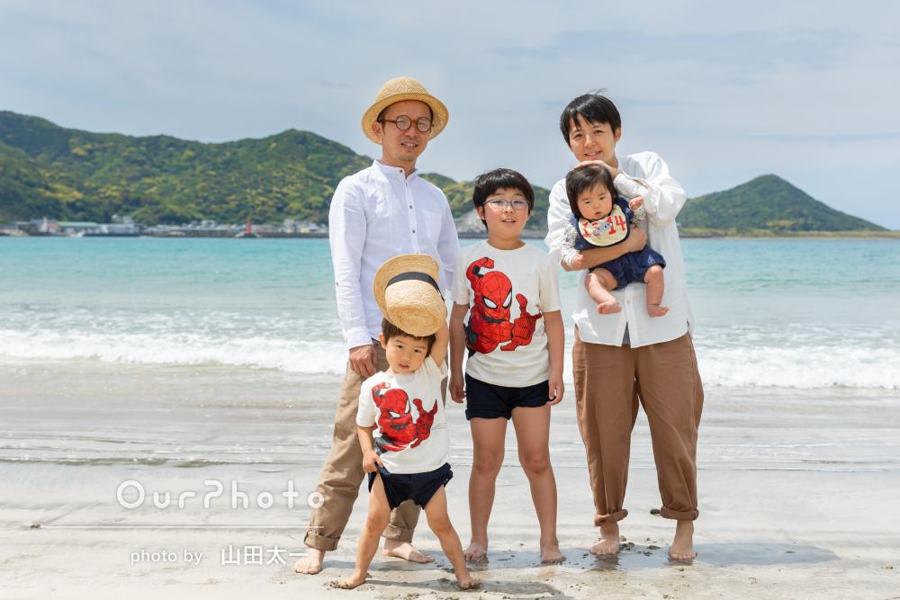 「子ども達ものびのびした状態で」浜辺で元気いっぱいな家族写真の撮影