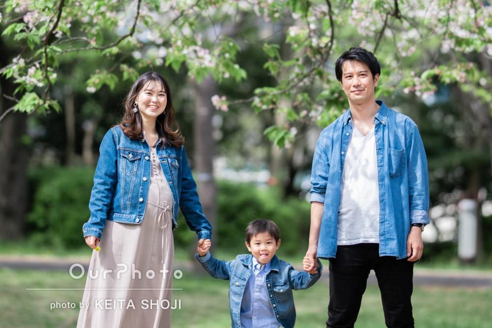 「出来上がりが楽しみです」緑溢れる公園で家族写真の撮影