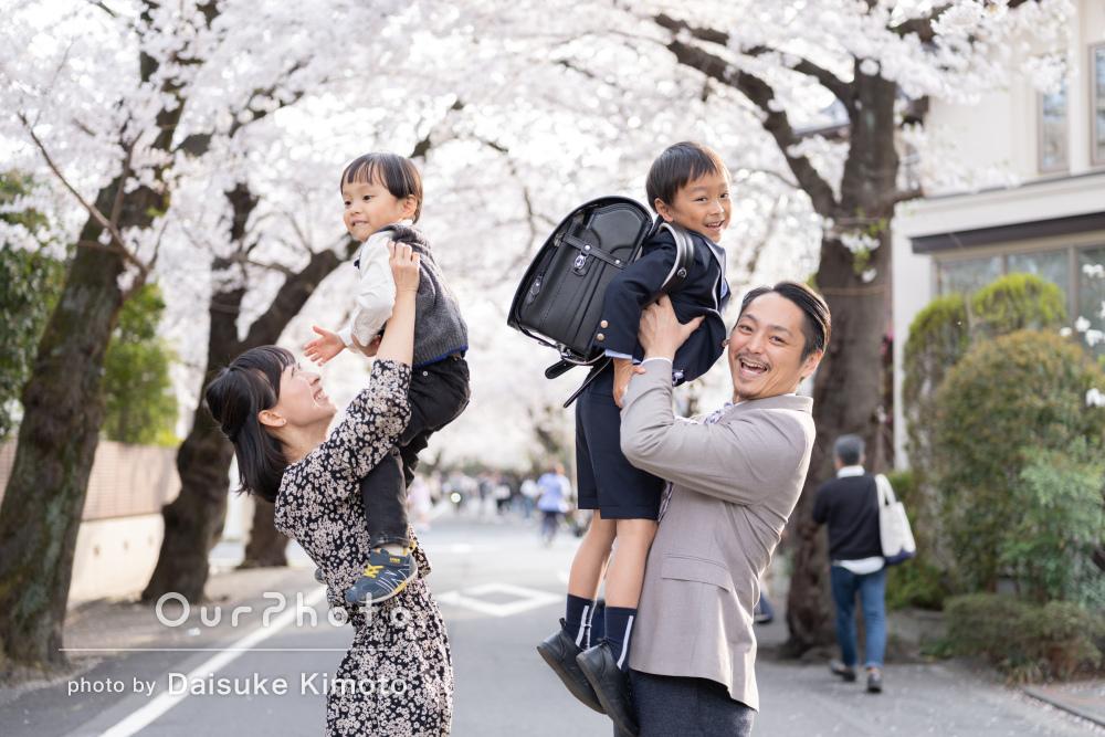 「子供たちのペースに合わせてゆっくり」入学記念の家族写真の撮影