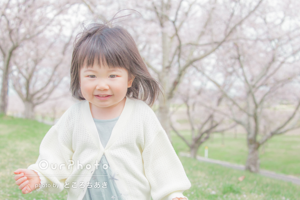 「リクエストにも気さくに応じて下さり」桜に囲まれて家族写真の撮影