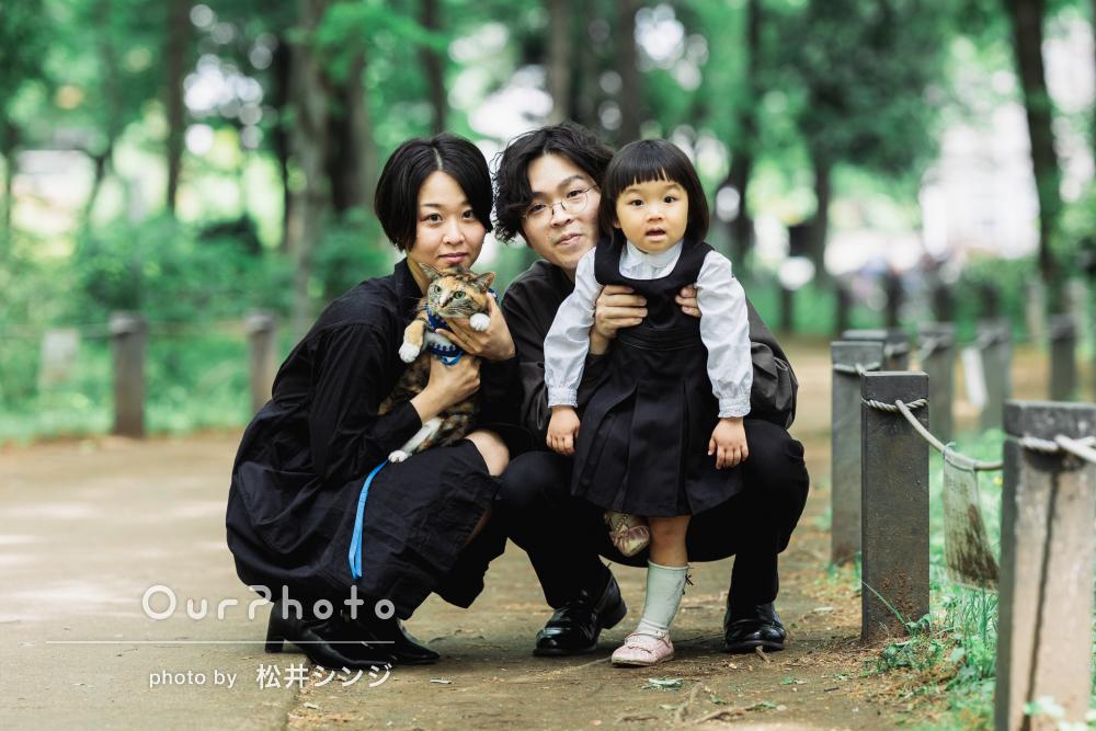 新緑の公園で女の子の無邪気な表情が可愛い!ナチュラルな家族写真の撮影