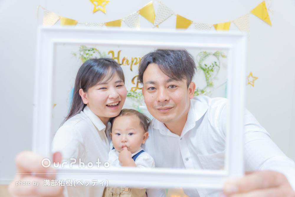 「子供とすぐに打ち解けて終始笑顔で」1歳バースデーの家族写真の撮影