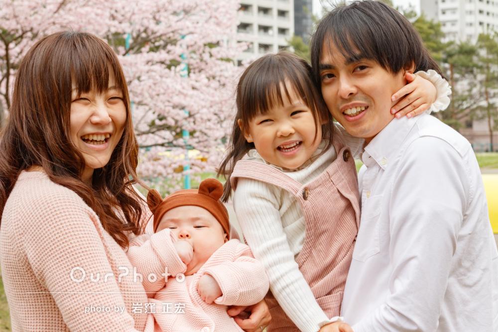ピンクでママと姉妹のリンクコーデが可愛い!春の公園で家族写真の撮影