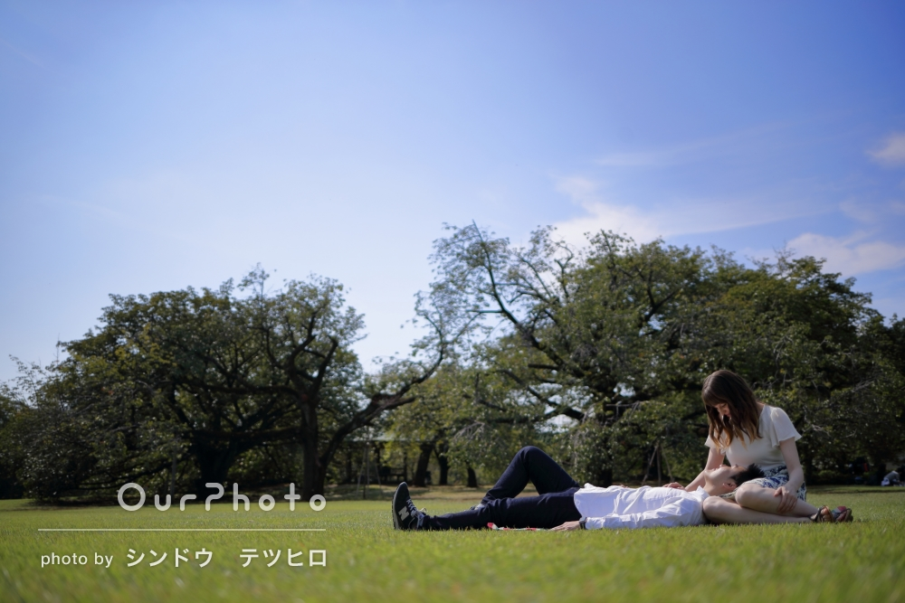 公園にて、カップルでカジュアルフォトの撮影