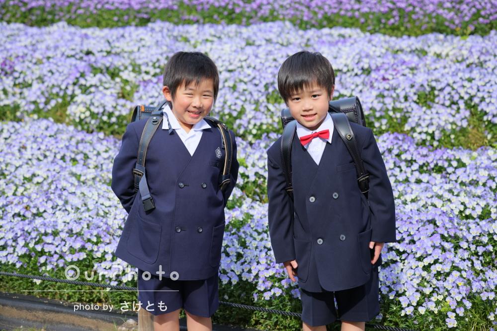 美しいお花畑を背景に、ピカピカのランドセルを背負って友フォト撮影