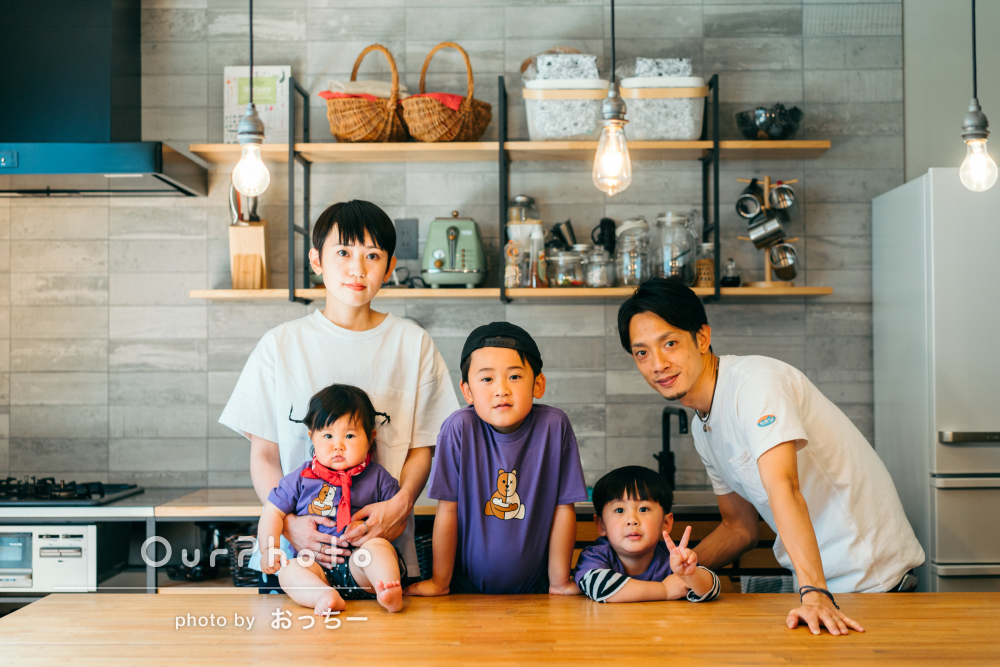 「色々な角度からの写真とても素敵です」ご自宅にて家族写真の撮影