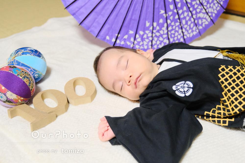 豪華なお膳を前にかっこいい羽織袴姿でお食い初めと百日祝いの写真撮影