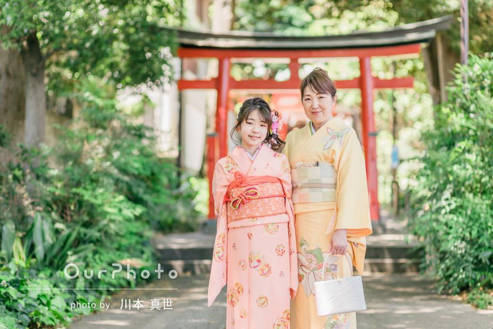 「娘も自然に楽しみながら」明るい色の着物姿で初夏らしい十三参りの撮影