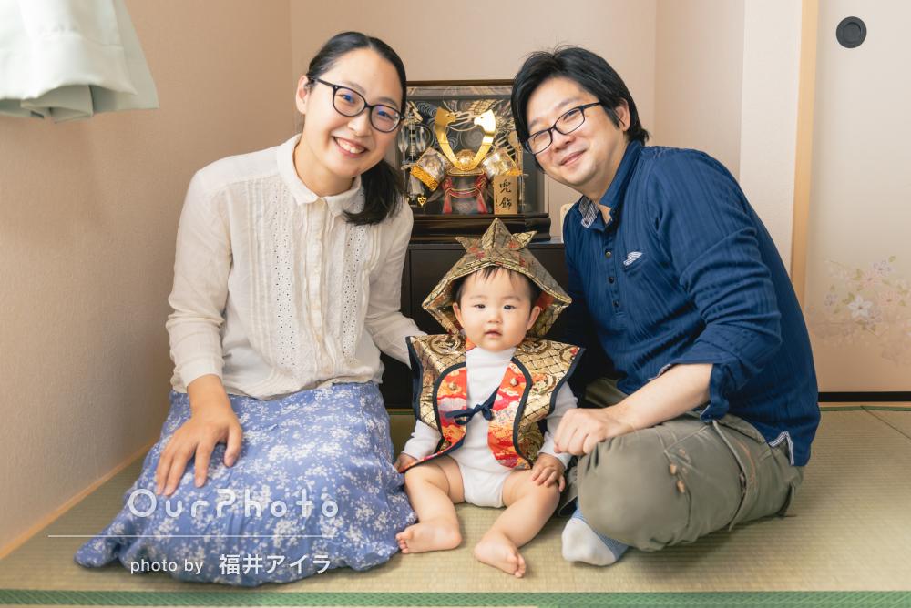 男の子の健やかな成長を願って端午の節句に兜飾りと家族写真の撮影
