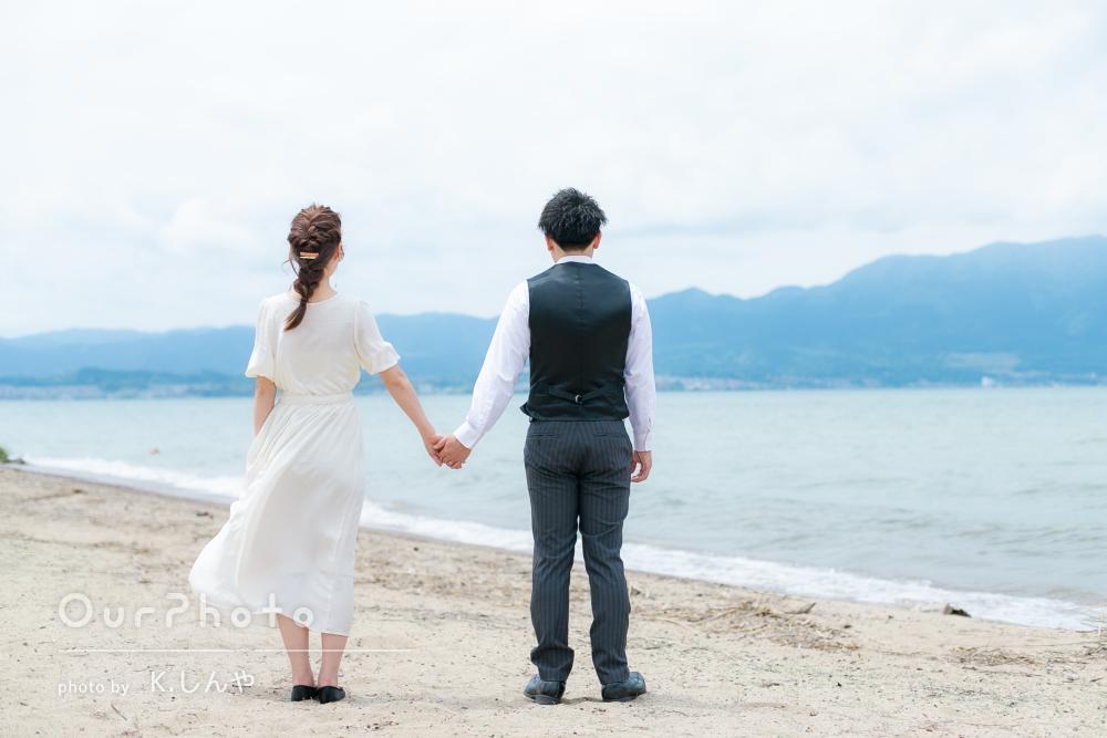 美しい湖岸と新緑を背景にインスタ映えなポーズでのカップルフォト撮影