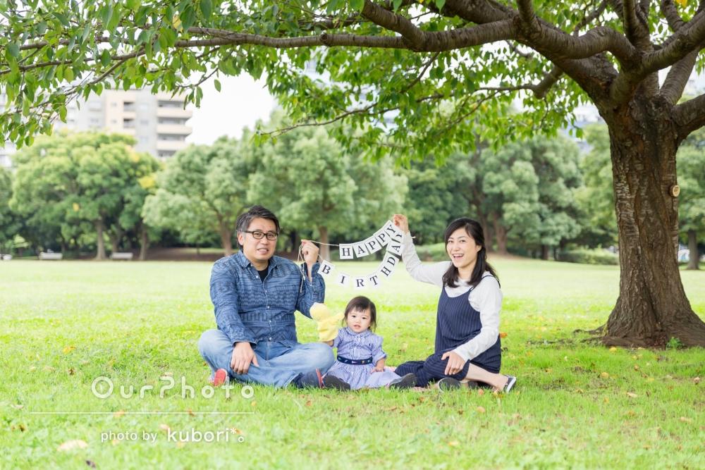 「リラックスしてとてもいい笑顔!」公園で2歳のお誕生日フォトの撮影