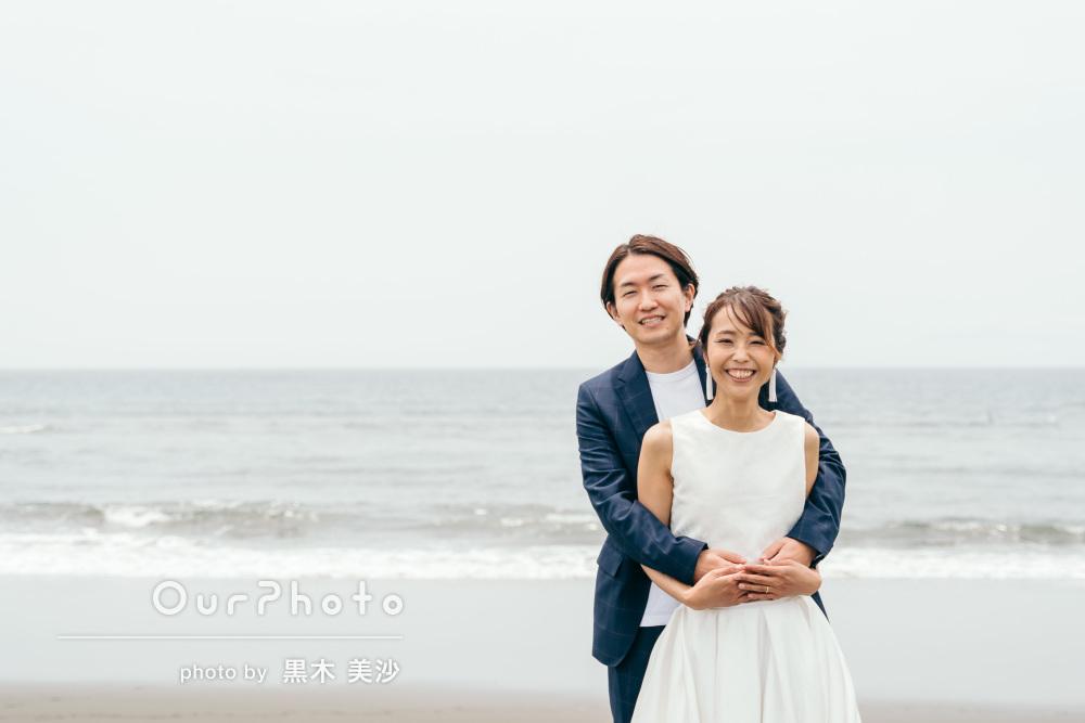 「結婚式で使うのが楽しみです」海岸で結婚式用カップルフォトの撮影