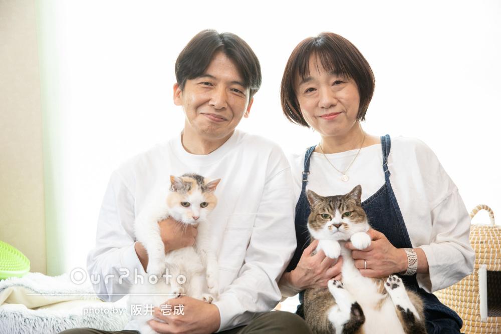 「念願のペットと一緒の家族写真」二匹の猫と一緒に家族写真の撮影