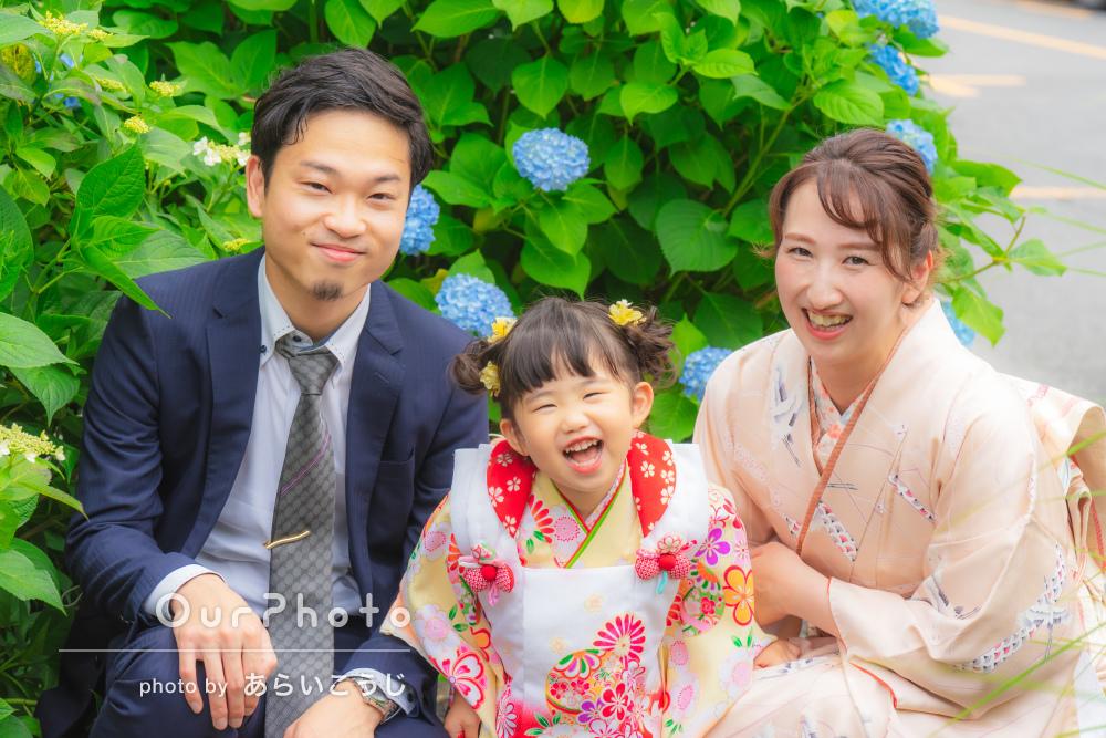 かわいい笑顔!初夏の緑が映える神社で3歳の女の子の七五三の撮影