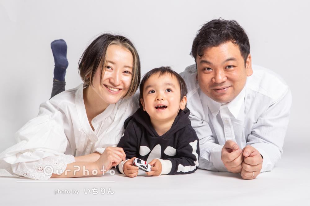 白シャツとジーンズのお揃いコーデでにっこり笑顔の家族写真の撮影