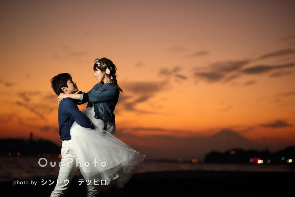 「昼間、夕焼け、トワイライトの写真を」海と夕日をバックに幻想的な結婚式の前撮り写真の撮影