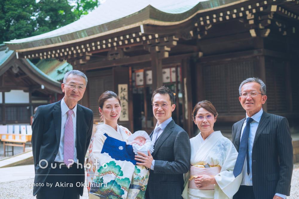 神社で祖父母も一緒に笑いの絶えない賑やかな男の子のお宮参りの撮影