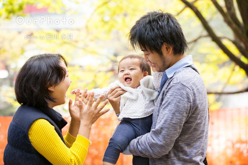 「ハロウィンの衣装をきせて」紅葉とハロウィンの家族写真