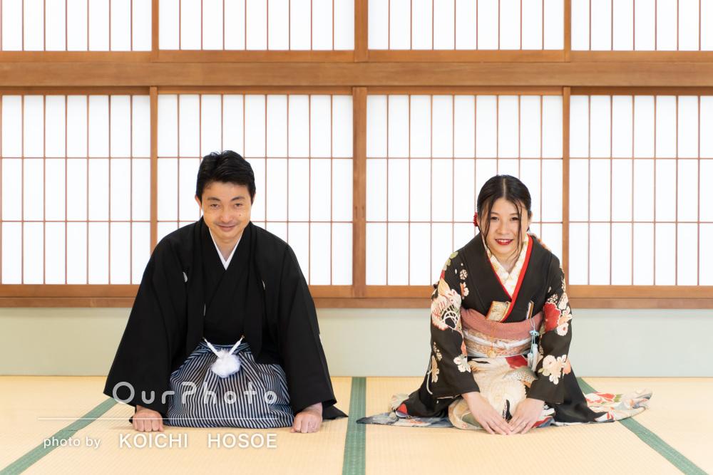 一つの和傘で寄り添う二人の姿は幸せいっぱい!温かみある神前挙式の撮影