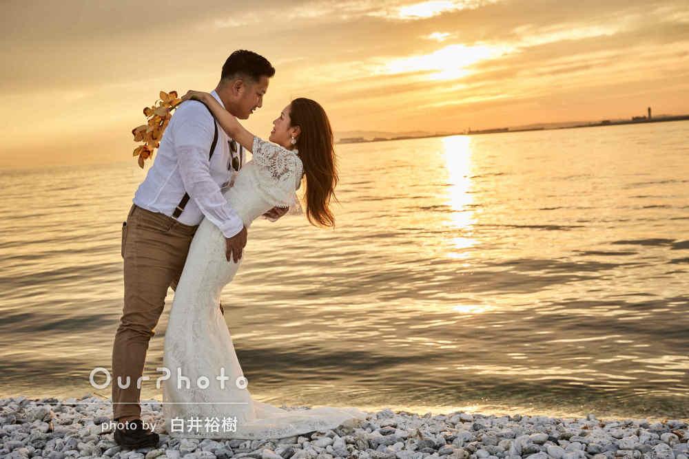 「すごい綺麗な写真ばかり」夕日がきらめく海岸でカップルフォトの撮影