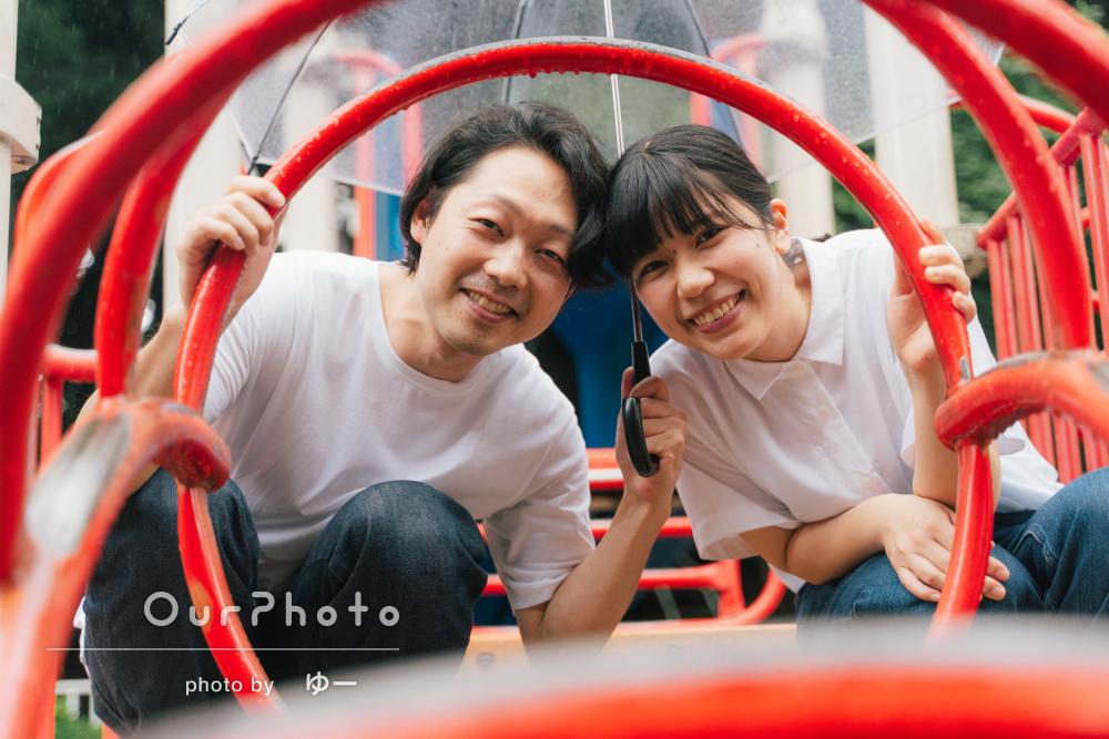「雨で良かったと思えるほど素敵な写真」笑顔でカップルフォトの撮影