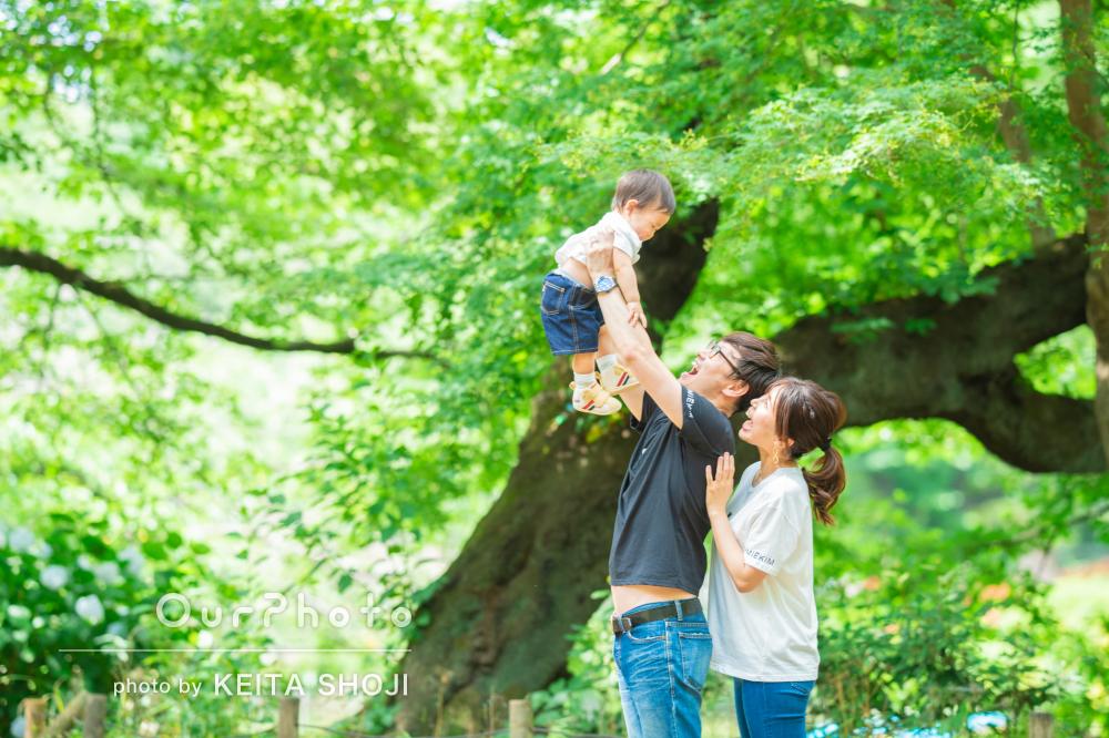 「ごく自然に撮ってくださり」公園で遊ぶ自然な姿を写した家族写真の撮影