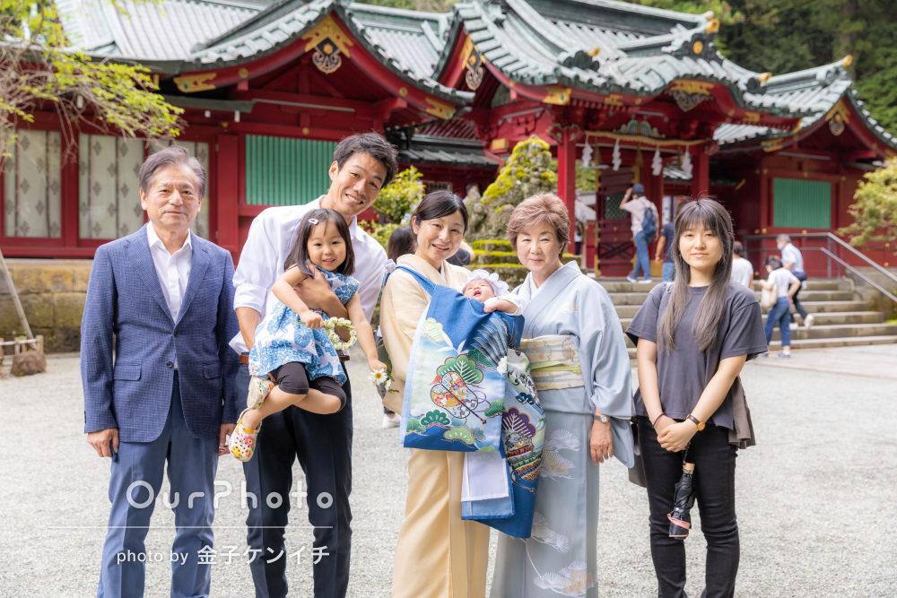 「とてもよいお宮参りの記念写真」神社に青が映える姉弟のお宮参りの撮影