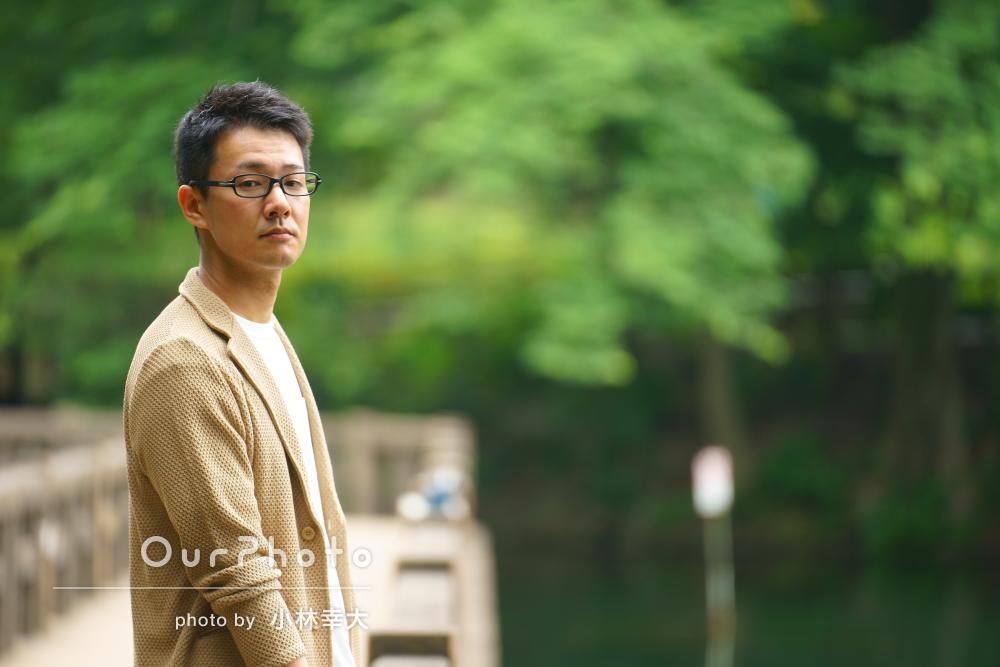 公園にてさまざまな場面で活用できる男性プロフィール写真の撮影