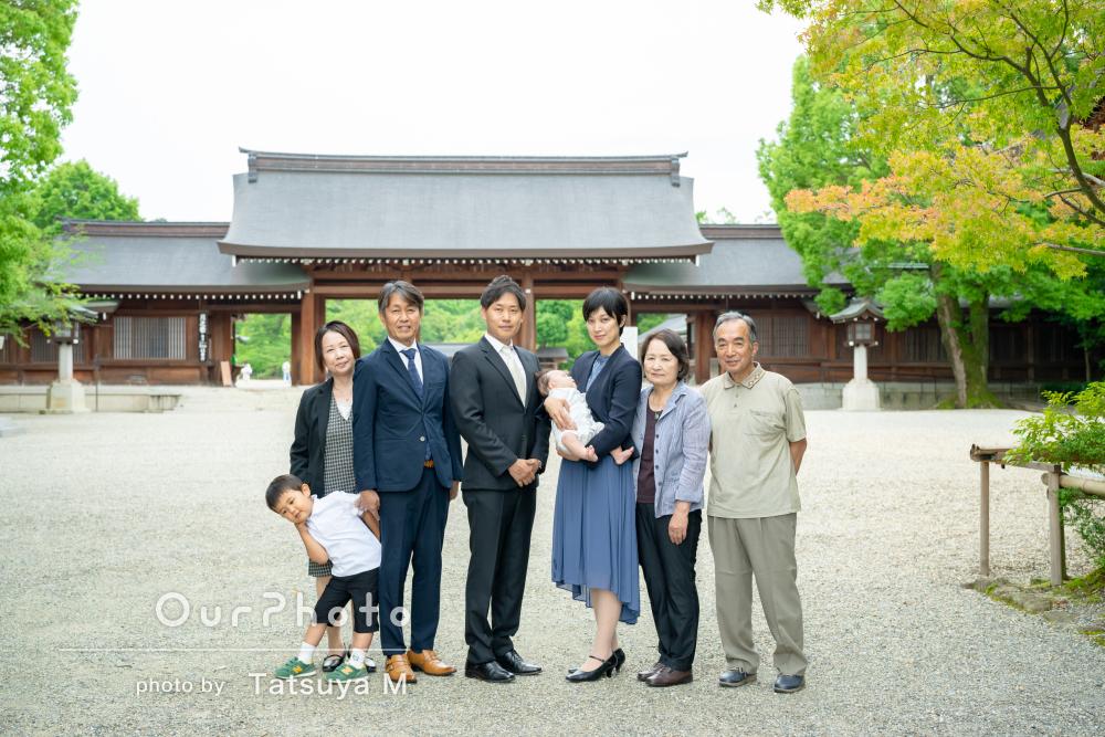 木々の緑が美しい神社で祖父母も一緒に笑顔あふれるお宮参りの撮影