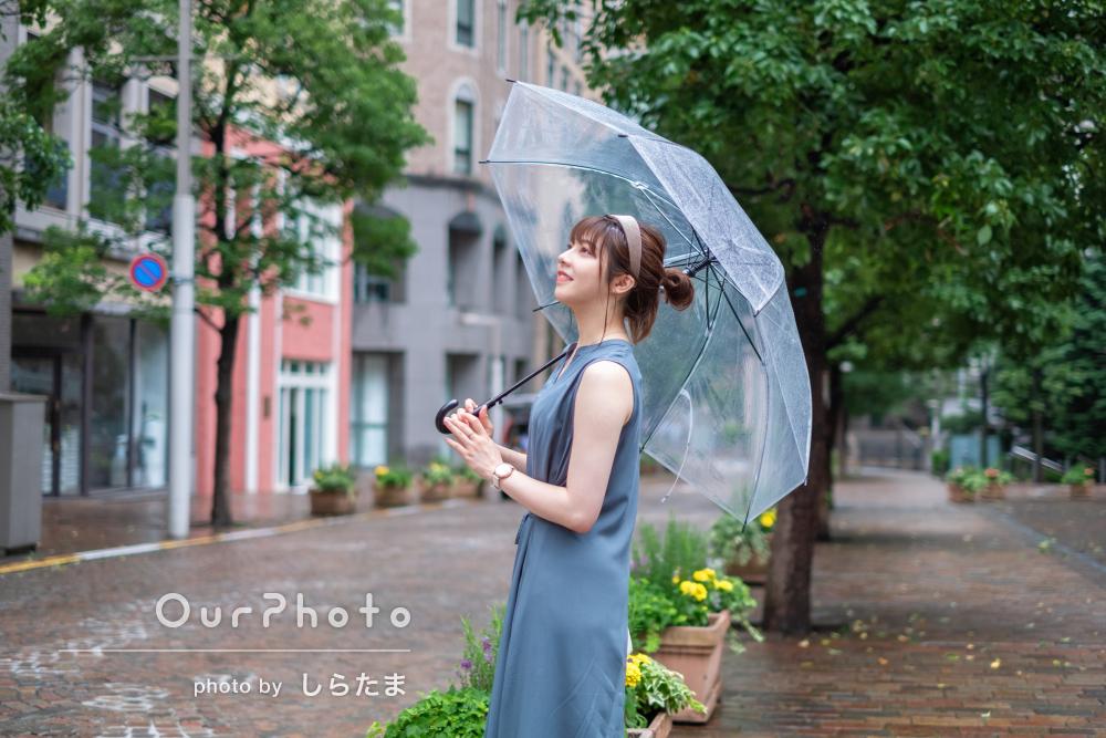 「満足のいく写真ばかり」雨が降る街中で女性のプロフィール写真の撮影