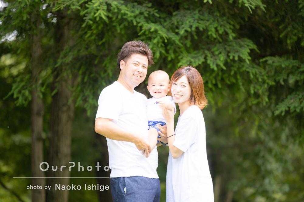 「1歳誕生日がとても素敵な思い出に」公園で遊ぶ男の子の家族写真の撮影