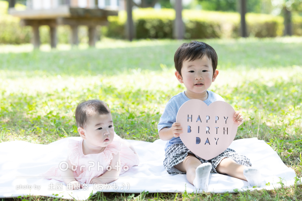 「子供達が自然に見せるいい顔」誕生日記念に自然な笑顔の家族写真の撮影