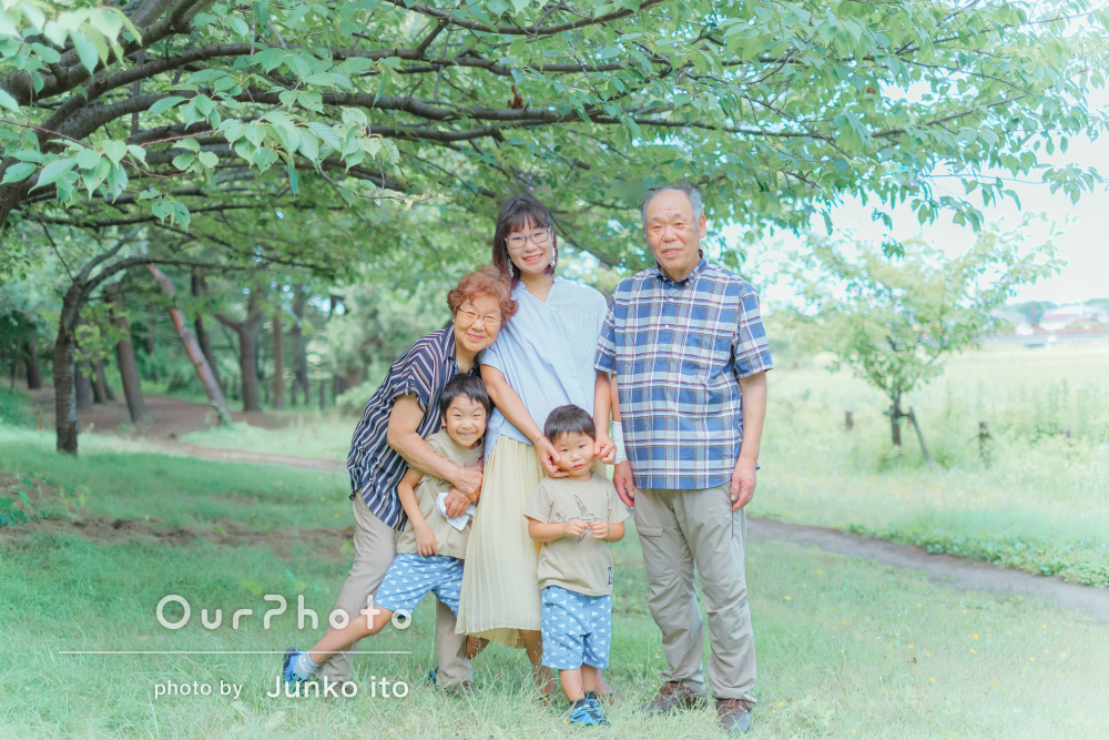 「自然な表情を写真に納めて」兄弟なかよくリンクコーデで家族写真の撮影