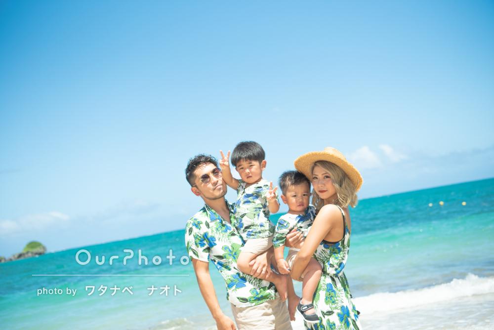 「最高でした!」白い砂浜と青い海、家族全員がお揃いの柄で家族写真撮影