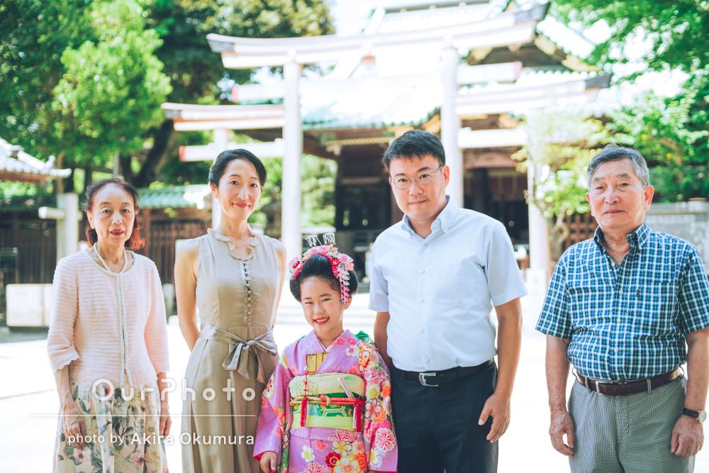 夏の日差しに神社の風景と笑顔がキラキラと輝く7歳女の子の七五三の撮影